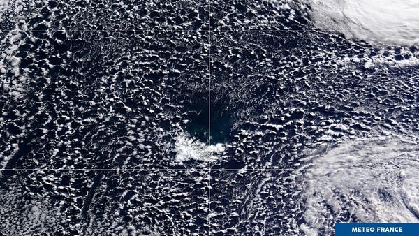 Trou dans les nuages au beau milieu de l'océan Indien