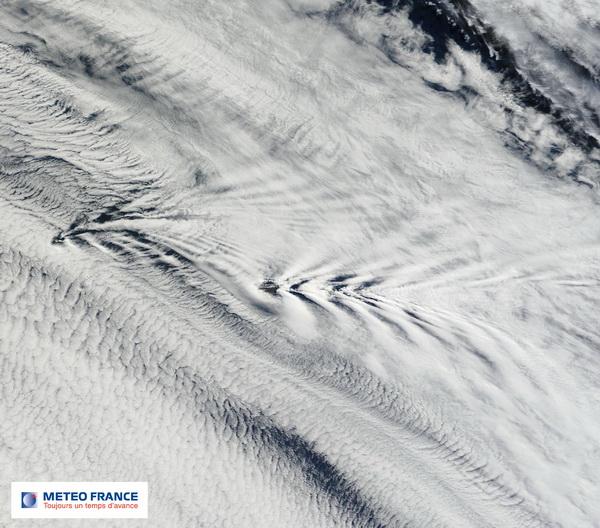 Traînées de sillage sous le vent de l'archipel Crozet