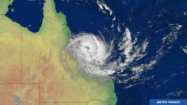 Debbie touche terre sur le nord-est australien