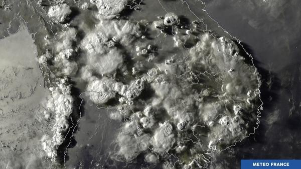 Les sommets nuageux jouent avec la lumière du couchant