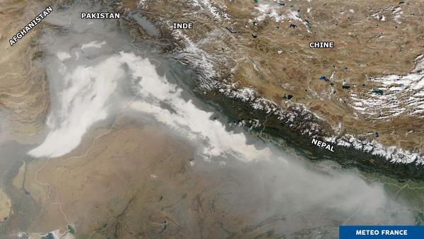 Brouillards et fumées le long de l'Himalaya