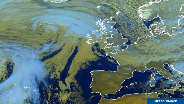 Une dépression bien formée en Atlantique Nord.