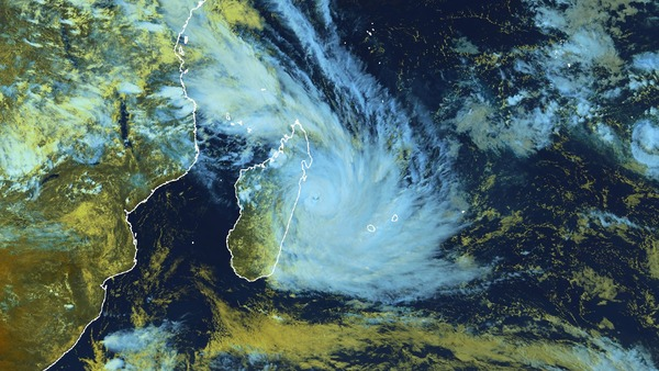 Cyclone Dumazile entre Madagascar et La Réunion