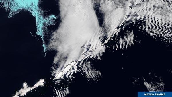 Les minuscules îles Kouriles provoquent des remous nuageux