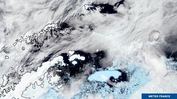 Nuages orographiques et iceberg géant au large de l'Antarctique