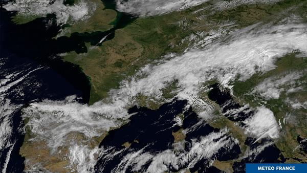 Un grand quart nord-ouest de la France sous le ciel bleu